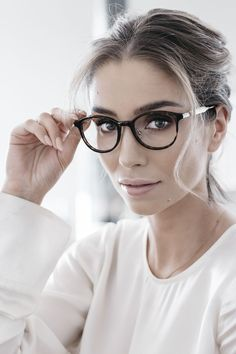 Trendy cat-eye glasses with tortoise shell and gold design - Glasses Frames New Glasses, Cat Eye Glasses, Glasses Online, Girls With Glasses, Ladies Glasses, Girl Glasses, Looks Chic, Looks Style, Cute Sunglasses