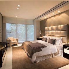 """Passando para desejar uma ótima noite de sono nesse quarto """"dos sonhos"""". Adorei essa cabeceira estofada que recebeu destaque com a iluminação direcionada."""