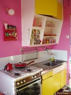 Naturally, it was the pink & yellow that first captivated me but on closer looking I discovered that nifty dish-drainer that folds down when not in use.