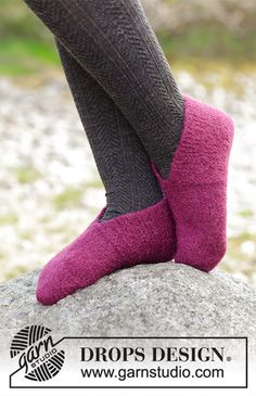 Winter Comfy / DROPS - Felted slippers with garter stitch and stockinette stitch, worked from the toe backwards. The piece is worked in DROPS Lima. Christmas Knitting Patterns, Knitting Patterns Free, Knit Patterns, Felted Slippers Pattern, Knitted Slippers, Drops Design, Knitting Videos, Easy Knitting, Knitting Projects