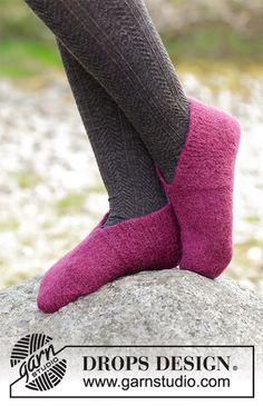 Tovede tøfler med riller og glattstrikk, strikket fra tåen og bakover. Størrelse 35 - 42. Arbeidet er strikket i DROPS Lima