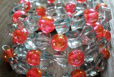 Široký 5-radový náramok z veľkých akrylových zlomkov v žiarivej aqua farbe a čírych jedovato ružových perličiek s dúhovými odleskami.  Univerzálna veľkosť, bez zapínania. Aqua, Water