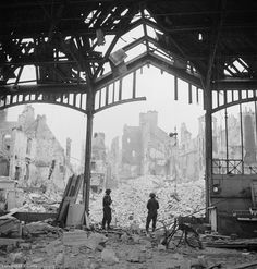 Soldiear look at the ruin of Caen in 1944, after the liberation.