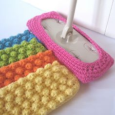 Crochet Stitch Crochet Bobble Stitch Swiffer Pattern - These Crochet Dishcloths are easy to make even for Beginners and they're a FREE Pattern. They'll come in so handy and make a lovely gift too. They're perfect for the kitchen, laundry or bathroom. Crochet Kitchen, Crochet Home, Knit Or Crochet, Crochet Gifts, Free Crochet, Easy Crochet, Yarn Projects, Knitting Projects, Crochet Projects