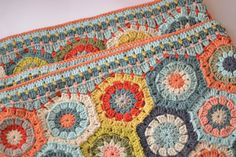 Gorgeous Hexagon blanket by Dover & Madden. Hexagon pattern by Attic24 here http://attic24.typepad.com/weblog/2008/11/hexagon-crochet.html Half hexagon by Rosa P. here http://rosa-r.blogspot.com.au/2010/10/how-to-make-half-hexagons.html And the tutorial for the border is here http://www.doverandmadden.blogspot.ie/2013/08/a-tutorial-of-sorts.html ✿Teresa Restegui http://www.pinterest.com/teretegui/✿