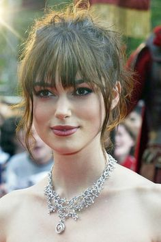 Ask a Hairstylist: The Best Cuts for Fine, Brown, Wavy Hair Keira Knightley at the 2004 London premi Keira Knightley Hair, Keira Christina Knightley, Hairstyles With Bangs, Wedding Hairstyles, Brown Wavy Hair, Celebrity Hair Stylist, Hair Type, Hair Lengths, Hair Trends