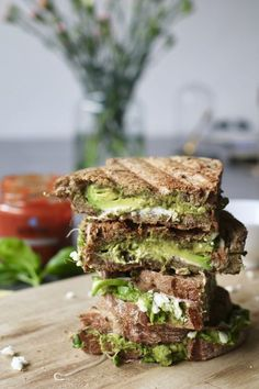 Tosti met feta en avocado-pesto - Beaufood - Tosti met feta en avocado-pesto, Gezonde tosti's, nieuwe sauzen AH, Ketchup natuurlijke suikers, - Grill Sandwich, Pesto Sandwich, Clean Eating Snacks, Healthy Snacks, Healthy Eating, Healthy Recipes, Healthy Nutrition, Avocado Pesto, Queso Feta