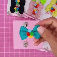 Paps e Moldes de Artesanato [Video] Handmade Hair Bows, Diy Hair Bows, Diy Bow, Diy Ribbon, Ribbon Crafts, Ribbon Bows, Tulle Hair Bows, Ribbon Hair, Diy Crafts