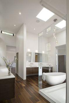 Nowoczesna i przejrzysta łazienka oświetlona panelami led, elegancki design i estetyczne wykończenie.