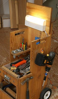 Have you ever get confused about how to organize your tools after do your work or you get confused about how to organize it because you do not have tool box? Wood Tool Box, Wooden Tool Boxes, Shop Storage, Shop Organization, Homemade Tools, Diy Tools, Mobile Tool Box, Tool Box On Wheels, Wooden Footstool