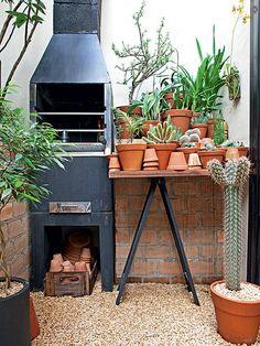 A área de serviço sem graça deu lugar a um jardim no apartamento. Concebido pela paisagista Claudia Muñoz, o pequeno espaço é repleto de vasos e tem direito a até churrasqueira