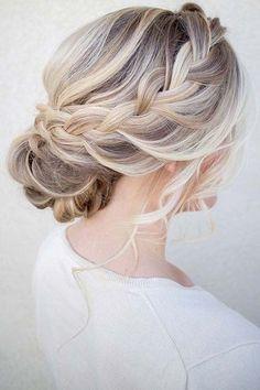 Este peinado con moño bajo para bodas es un clásico.