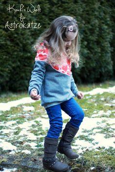 """Sweet Heart-Wintersweat von #ASTROKATZE / Nähbeispiel von """"Kischi's Welt"""" / #sweetheart #herzen #herzchen #hearts #herzchenstoff #stoffdesign #textildesign #organiccotton #rot #rosa #red #pink #diy #sewing Stoff Design, Hearts, Pink, Textile Design, World, Hot Pink, Pink Hair, Heart"""