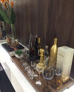 """Claudia Rancosinho Albertini no Instagram: """"Detalhe para a maxi bandeja super produzida!! Como deixar o aparador da sala de jantar com um charme todo especial! @divinoespaco @dot_objetos @c_arq @kedideiaslegais #carq #projeto #maxibandeja #divinoespaco #dotobjetos #decor #objects #glass #golden #detail #treschic #kedideiaslegais #drink #wine #trail #projetocarq #cuidandodecadadetalhe #even #show"""""""