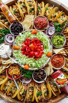 For summer hosting, enjoy this Easy Taco Recipe Dinner Board for a large gathering. Make crunchy tacos with turkey, beef, chicken, or pork! Party Food Platters, Food Trays, Food For Party Buffet, Recipe For Making Tacos, Comida Picnic, Charcuterie And Cheese Board, Cooking Recipes, Healthy Recipes, Detox Recipes