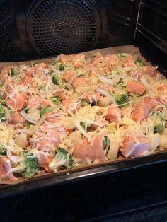 Alt-i-en-laksepanne — Hege Hushovd – Oppskrifters Fish Recipes, Seafood Recipes, Norwegian Food, Fish Dinner, Pasta Salad Recipes, Fish And Seafood, Seafood Pasta, Diy Food, Easy Healthy Recipes