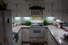 Inexpensive DIY Under-Cabinet Lighting - we have under cabinet lighting built in, but I wonder if it would be easier to do THIS or LEDs? Kitchen Under Cabinet Lighting, Kitchen Lighting, Diy Cabinet Lights, Country Kitchen, Diy Kitchen, Kitchen Tips, Kitchen Ideas, Kitchen Inspiration, Kitchen Designs
