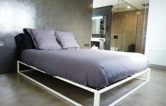 Moderná minimalistická spáľňa s mikrocementovou podlahou a stenou v odlišných dekóroch Bed, House, Rooms, Furniture, Home Decor, Environment, Minimalism, Yurts, Style