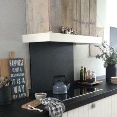 Hout gecombineerd met zwart en wit, ik blijf het prachtig vinden! Ook in de keuken echt een eyecatcher!