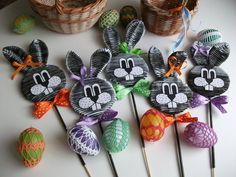 Crea-Sol - Conejos de Pascua paso a paso de Zdena !!! Making Easter Eggs, Newspaper Crafts, Easter Crafts, Basket Weaving, Wind Chimes, Origami, Diy And Crafts, Projects To Try, Recycling