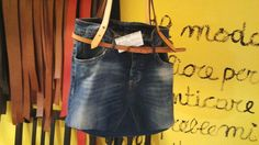 Borsa fatta con vecchi jeans e tracolle in cuoio