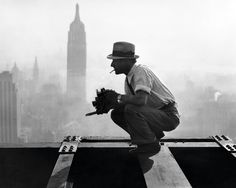Charles Ebbets high above Manhattan. He's the photographer who took the iconic shot of the crew eating lunch during Rockefeller Center construction - New York City construction workers go to great heights - NY Daily News 1932 Rare Historical Photos, Rare Photos, Vintage Photographs, Old Photos, Rockefeller Center, Lunch Atop A Skyscraper, Art Of Manliness, Famous Photos, Iconic Photos