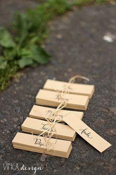 Vinca Design, place cards, wedding stationery, rustic wedding, natural wedding, recycled paper // ültetőkártyák, rusztikus esküvő, natúr esküvő, újrahasznosított papír Stationery, Rustic, Wood, Crafts, Wedding, Design, Country Primitive, Valentines Day Weddings, Manualidades