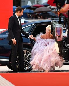 Bradley Cooper Says he fell in love' with Lady Gaga's face and eyes on the set of A star is born - Bradley Cooper Says he fell in love' with Lady Gaga's face and eyes on the set of A star is bor - Oscars, Joanne Lady Gaga, Youtubers, Lady Gaga Pictures, Dress Name, A Star Is Born, Belle Photo, Audrey Hepburn, Outfit
