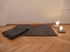 tapis de méditation, bloc, bougie salle de yoga rue de la Loge 6 à La chaux-de-Fonds, Suisse salle de yoga également à Neuchâtel  #banyann #yoga #meditation #bienetre Rue, Yoga, Home Decor, Whitewash, Toy Block, Switzerland, Candle, Carpet, Room