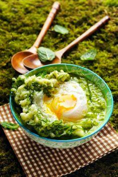 Soupe aux petits pois, aux fèves et aux fanes de carottes et son œuf poché… comme un repas dans un bol !