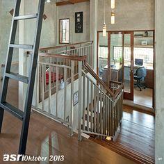Area kantor yang dihadirkan pada ruang mezanin. Material beton ekspos pada dinding dan plafon yang memberikan kesan rustic diimbangi dengan material bernuansa kayu.