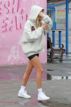 Hailey Bieber at Super Clean Car Wash in Los Angeles 03132020 celebrity fashion celebrityfashion celebritystyle celebritystreetstyle streetstyle streetfashion haileybaldwin haileybieber haileyrhodebieber biebers justinbieber Lazy Outfits, Everyday Outfits, Casual Outfits, Cute Outfits, Outfits Spring, Estilo Hailey Baldwin, Hailey Baldwin Style, Celebrity Outfits, Celebrity Style