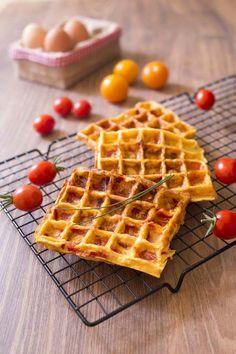 Omelette tomate poivrons dans un gaufrier