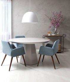 Menos é mais: a sala de jantar não precisa de muita coisa para ter uma decoração linda. Uma mesa bonita cadeiras com um toque de cor e um belo pendente já são suficientes para deixar o local LINDO! #dinningroom #saladejantar # mesa #table #cadeira #chair #decoration #instadecor #instahome #casa #home #interiordesign #homedesign #homedecor #homesweethome #inspiration #inspiração #inspiring #decorating #decorar #decoracaodeinteriores #Mobly #MoblyBr