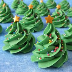 If you can pipe a swirl out of frosting then you can make these simple Creme de Menthe Fudge Christmas Trees! They're yummy, fun, and easy!