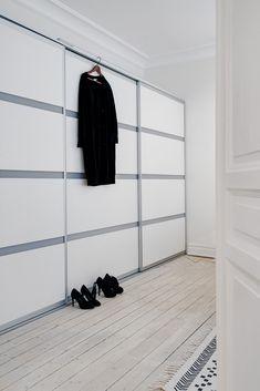 Espacio extra de almacenaje en la cocina con armarios dobles