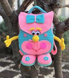 Mochila infantil de crochê com Receita - Criativo Ok Crochet Beach Bags, Crochet Gifts, Crochet Patterns Amigurumi, Crochet Dolls, Easy Crochet Socks, Baby Rucksack, Handmade Kids Bags, Crochet Backpack, Crochet Shoulder Bags