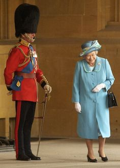 Queen Elizabeth II gets a fit of the giggles as she walks past her husband Prince Philip, the Duke of Edinburgh who is standing to attention in his uniform and bearskin hat at Buckingham Palace in (Photo by Anwar Hussein/Getty Images) I Smile, Make Me Smile, Prinz Philip, Die Queen, Queen Liz, Look Short, Paris Match, Isabel Ii, Buckingham Palace