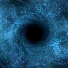 MENTIRAS CÓSMICAS // Al ver arriba en cielos miramos al pasado: el sol es como era -ya es viejo ocho minutos- la más cercana estrella es de hace de cuatro años y vemos las galaxias que había hace milenios. Avatares de luz que al Cosmos todo informa con una condición: el nunca ir más deprisa que hacer cada segundo trescientos mil kilómetros; por tanto las noticias alcanzan con retraso. Objetos extinguidos en polvo disper…(Ver➦)…