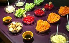 Palitinhos de legumes e tomatinhos cereja com opções variadas de molhos são saudáveis e fazem pouca sujeira. Foto: Pat Felman