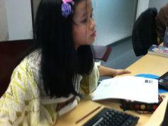 Victoria, CCI da biblioteca Forum traballando na elaboracion da guia de lectura.