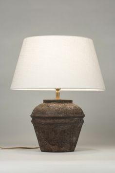 Artikel 88921 Een zeer bijzondere tafellamp, welke een archeologische vondst zou kunnen zijn! Deze tafellamp doet denken aan de Griekse oudheid. Een prachtig exemplaar dat zo afkomstig zou kunnen zijn uit opgravingen. De ronde vaas is gemaakt van keramiek en heeft bruine tinten. De afwerking lijkt op craquelé waardoor de vaas een verroest effect heeft verkregen. http://www.rietveldlicht.nl/artikel/tafellamp-88921-keramiek-stof-bruin-creme-rond