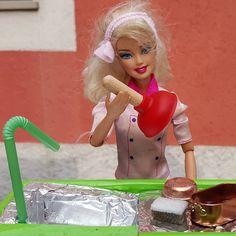 [BP-33] Yes, #Barbie. Sometimes you gotta take #harddecisions. Sì, Barbie, a volte arriva il momento di prendere decisioni difficili. Buon #lunedì a tutti!  #cucina #minikitchen #foodstylingfun #household #plumber #plumbing #householddrama #kitchensink #kitchen