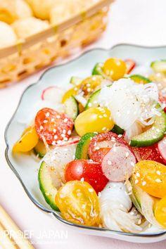 Shirataki noedelsalade met ponzu dressing (shirataki sarada)   Proef Japan Diners, Avocado Egg, Caprese Salad, Dressing, Eggs, Breakfast, Food, Salads, Restaurants