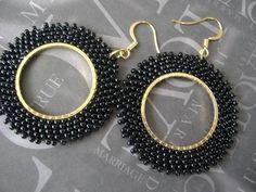 Hermosa perlas aretes hechos con rocallas 11,0 negro. Estas impresionantes pendientes de grano semilla negra son tejidas por expertos con más de 600