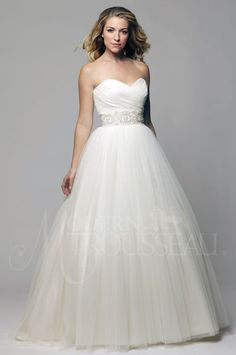 Exhibit the elegance of a bygone era in this strapless 1950's-inspired tulle…