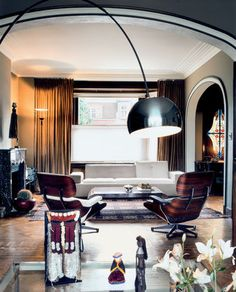The Poder Sofa by Hella Jongerius in the background and the two Lounge Chairs by Charles & Ray Eames make a perfect match.