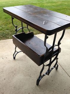 Neat seeing table Repurposed Furniture, Unique Furniture, Furniture Making, Wood Furniture, Sewing Machine Tables, Antique Sewing Machines, Furniture Update, Furniture Makeover, Table Bbq