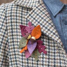 Add a little color to your fall wardrobe with this gorgeous #felt leaf and acorn brooch. Find the template and tutorial on our site! #DIYDreamingwithLia  #feltcrafts #brooch #DIY #diywardrobe #handmade #diyaccessories #fallcolors #fallclothing #fallfashion
