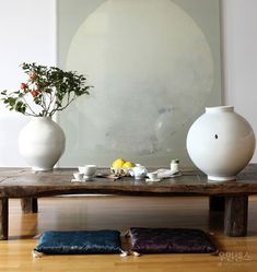 Full-moon-jars(representative style of Korean white porcelain) beautifully matched with a full-moon-jar painting Traditional Interior, Traditional House, Japanese Tea Table, Moon Jar, Home Design Diy, Painted Jars, Interior Decorating, Interior Design, Asian Decor